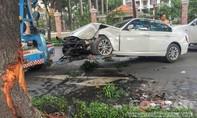 BMW tông vào gốc cây, nằm chắn ngang đường