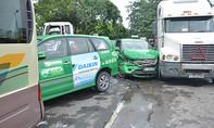 Xe container tông liên tiếp 4 xe ô tô ở Sài Gòn