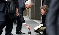 """Cho người ăn xin 5 đô, thủ tướng Úc hứng """"mưa"""" chỉ trích"""