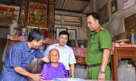 Tặng sổ tiết kiệm cho Mẹ Việt Nam anh hùng