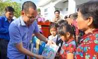 Khám bệnh, cấp thuốc, tặng quà cho người dân nghèo