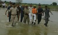 Dân Ấn nổi đóa khi một lãnh đạo được cảnh sát khiêng qua dòng lũ