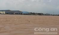 Sà lan chở 73 tấn đất chìm xuống sông, 2 người bị nước cuốn mất tích