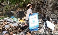 Bãi biển 'biến' thành nơi tập kết rác