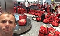 Tuyển Olympic Anh bỡ ngỡ trước 'rừng' hành lý một màu ở sân bay