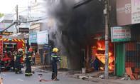 Người dân đục tường cứu cụ bà kẹt trong ngôi nhà bốc cháy