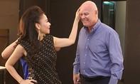Vợ chồng ca sĩ Thu Minh âu yếm nhau giữa tin đồn nợ hàng trăm tỷ