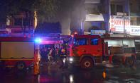 Cảnh sát cứu hai mẹ con bị ngạt khói trong căn nhà bốc cháy