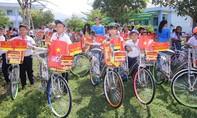 Tập đoàn Hoa Sen tặng quà cho học sinh có hoàn cảnh khó khăn tại xã Cà Ná, tỉnh Ninh Thuận