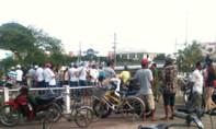Hàng trăm người vây kín tìm thi thể hai nạn nhân nhảy sông Bạch Đằng