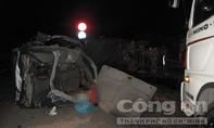 Hai container tông nát xe tải giữa đêm khuya, 2 người tử vong
