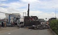 Lật xe tải chở phế liệu, tài xế bung cửa thoát thân