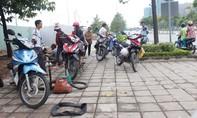 Gần trăm xe máy bị cán đinh trên đại lộ Mai Chí Thọ