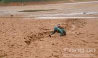 Người dân mạo hiểm vượt bộ qua lòng hồ thủy điện để đi rẫy