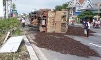Lật xe tải, 10 tấn vỏ hạt điều phủ kín mặt đường