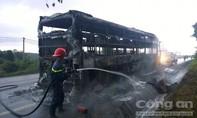 Xe khách cháy trơ khung, hơn 10 hành khách thoát chết