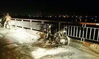 Thanh niên nửa đêm đốt xe máy, nhảy cầu Chương Dương