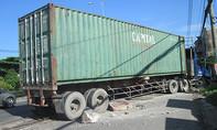 Container 'san bằng' dải phân cách trên quốc lộ lúc rạng sáng