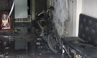Xe máy cháy ngùn ngụt trong nhà, 2 người đang ngủ tháo chạy