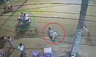 Nữ du khách bị tên cướp giật túi xách ngã lộn nhào trên đường