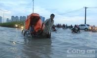 Người Sài Gòn bì bõm 'bơi' về nhà sau cơn mưa lớn