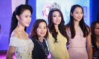 Hoa hậu Đỗ Mỹ Linh đẹp dịu dàng trong tà áo dài, gặp gỡ sinh viên