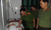 Thăm cán bộ chiến sĩ bị thương trong khi làm nhiệm vụ