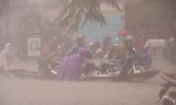 Mưa lớn, dân Huế đẩy xuồng đưa xe máy khỏi đường ngập nặng