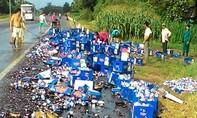 Người dân giúp tài xế nhặt bia trên Quốc lộ 1