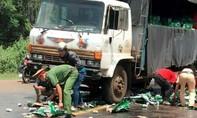 Công an giúp tài xế thu gom hàng chục thùng bia đổ ra đường