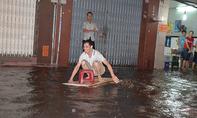 'Chèo xuồng' trên phố sau trận mưa kỷ lục ở Sài Gòn