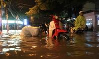 Mưa lớn kéo dài, thành phố 'chìm' sâu trong nước