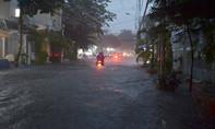 Mưa tầm tã, nhiều tuyến đường ở Sài Gòn 'thất thủ' vì ngập