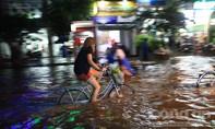 Xe đạp 'vô đối' trong ngày Sài Gòn ngập nước lịch sử