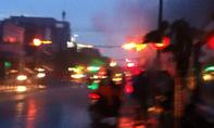 Dây điện cháy đỏ rực trong mưa