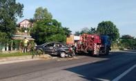 Xe 4 chỗ bị hư hỏng nặng khi va quẹt với xe đầu kéo