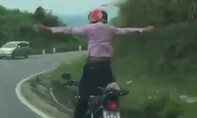 Hãi hùng 'soái ca' buông tay đứng trên xe máy đổ dốc, ôm cua