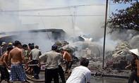 Cháy chợ nông sản ở Sài Gòn, tiểu thương ôm đồ bỏ chạy