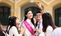 Á hậu Thanh Tú được chào đón nồng nhiệt ở trường THPT Chu Văn An
