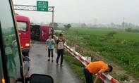 Lật xe khách trên cao tốc Pháp Vân - Cầu Giẽ: 2 người chết, 7 người bị thương