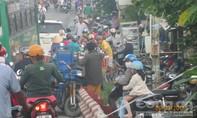 Xe ba gác chết máy, kẹt xe nghiêm trọng ở cầu Vĩnh Công