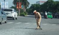 Thấy đá vơi vãi trên đường, CSGT đội nắng thu dọn