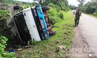Ô tô tải lật nghiêng bên lề đường khiến người vợ chết, chồng bị thương