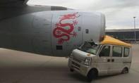 Xe tải tông vào máy bay, 300 hành khách thót tim