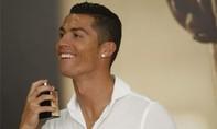 Ronaldo tích cực quảng cáo để 'chống ế' cho nước hoa