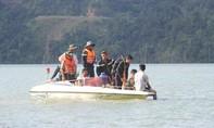Lật thuyền trên hồ thủy điện, 3 người trong gia đình mất tích