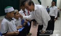 Phó thủ tướng Trương Hòa Bình tặng quà tết cho đồng bào người Chăm ở TP.HCM