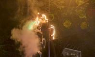 Đèn trang trí Tết trên đường phố Sài Gòn bốc cháy trong đêm