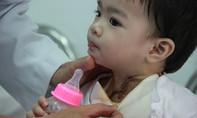 Bé gái 16 tháng tuổi té cắm đầu muỗng vào miệng suýt chết tại nhà bảo mẫu