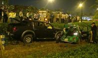 Xe bán tải tông taxi văng xuống đường, 4 người bị thương